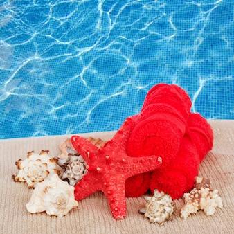 Margem de configuração de tratamento de spa no fundo azul da água da piscina