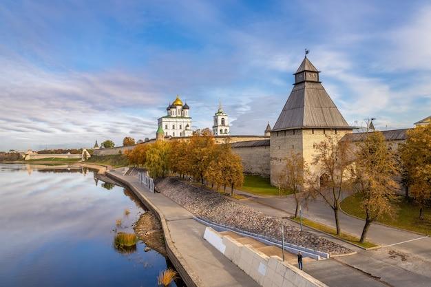 Margem do rio velikaya, catedral kremlin trinity, pskov, rússia