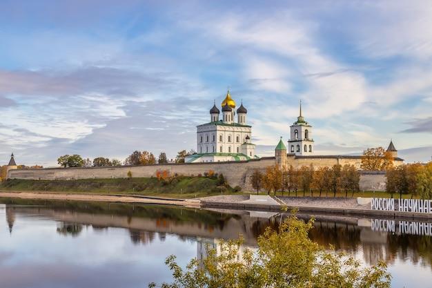 Margem do rio velikaya pskov kremlin pela manhã catedral da trindade pskov rússia