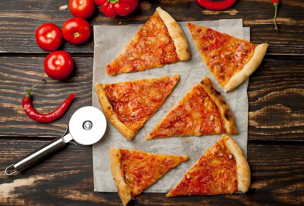 Margherita de pizza fatiada em fundo madeira
