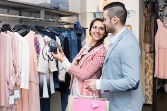 Marido ajudando a esposa a escolher roupas