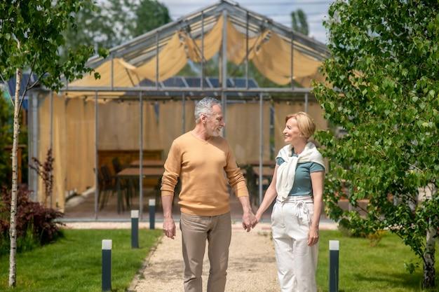 Marido amoroso e sua esposa alegre em pé ao ar livre