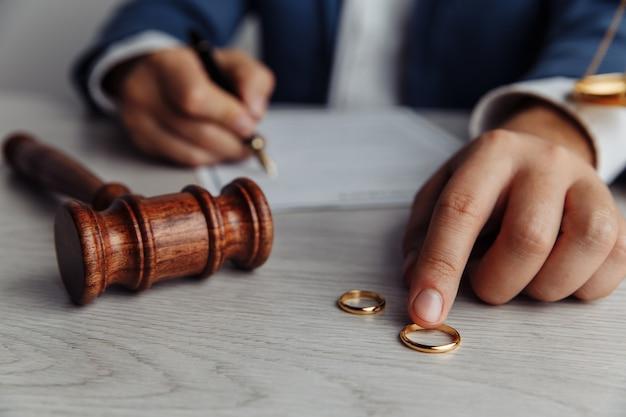 Marido assinando decreto de dissolução de divórcio cancelando documentos de separação judicial de casamento