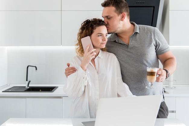 Marido beijando esposa na cabeça