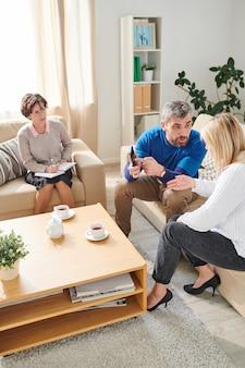 Marido ciumento gritando com a esposa por causa de sms
