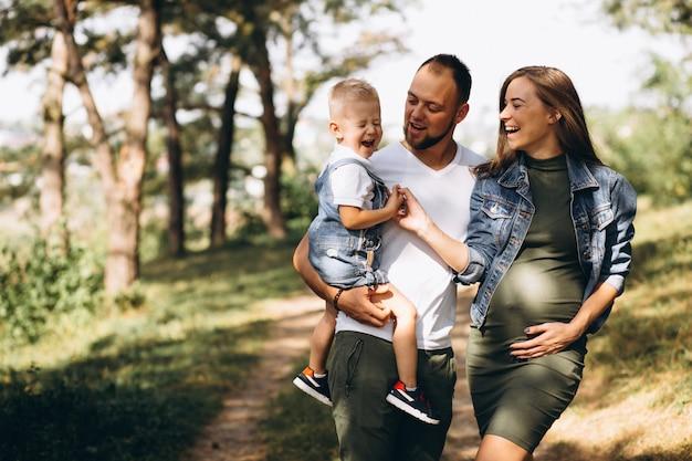 Marido com a esposa grávida e seu filho