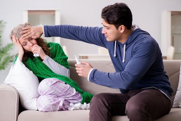 Marido cuidando da esposa doente