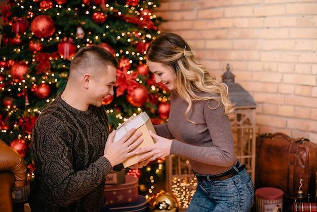 Marido dá presente de natal para a esposa em casa