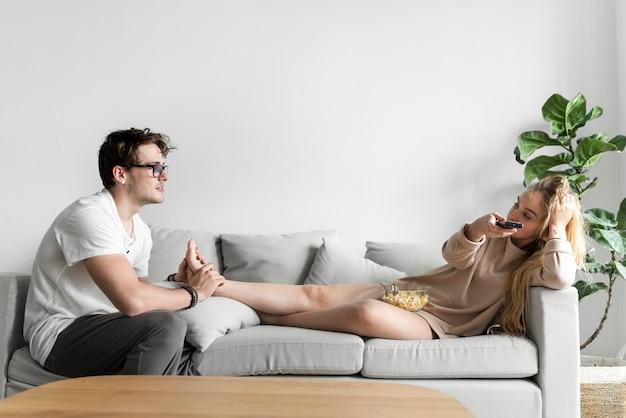 Marido dando uma massagem nos pés para a esposa
