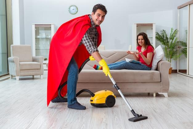 Marido de super-herói ajudando sua esposa em casa