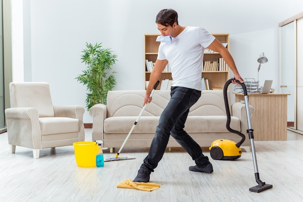 Marido do homem que limpa a casa que ajuda a esposa