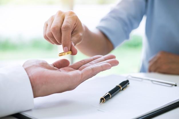 Marido e esposa assinam decreto de divórcio (dissolução ou cancelamento) do casamento