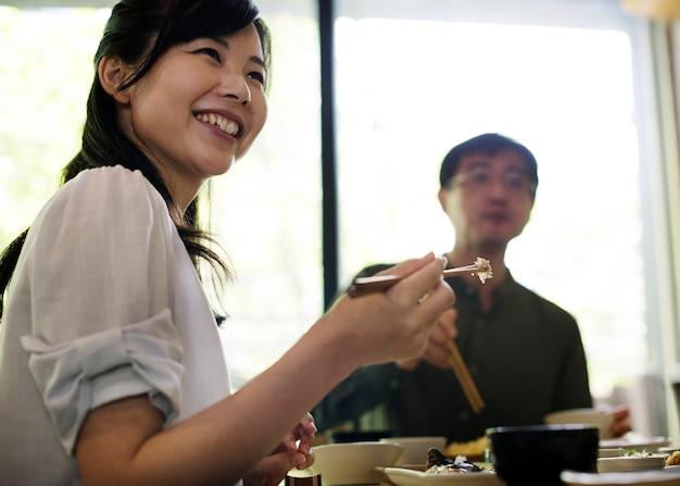 Marido e esposa japoneses comendo
