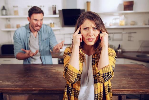 Marido e mulher brigam e ela está cansada de ouvir. conceito difícil de relacionamento e separação