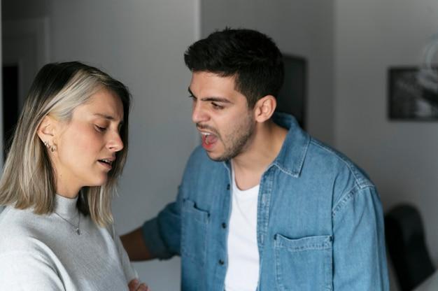 Marido e mulher brigando