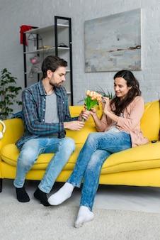 Marido e mulher com um buquê de flores