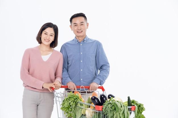 Marido e mulher comprando verduras no supermercado