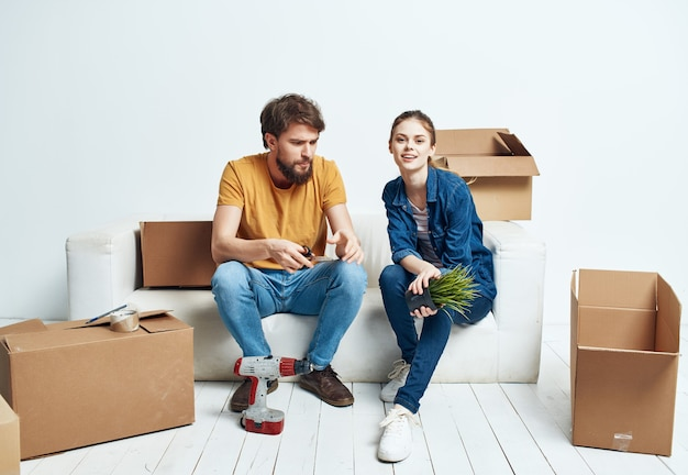 Marido e mulher inaugurando caixas de mudança com coisas