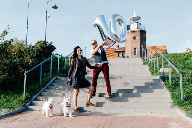 Marido e mulher; junto com dois cachorros
