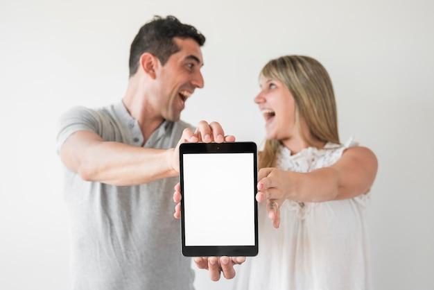 Marido e mulher mostrando tablet no dia dos pais