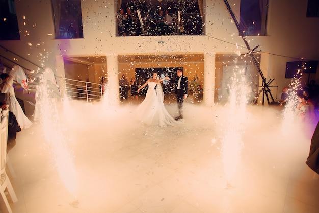 Marido e mulher na pista de dança