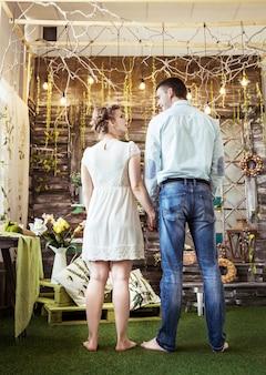 Marido e mulher na sala de estar de uma casa de campo