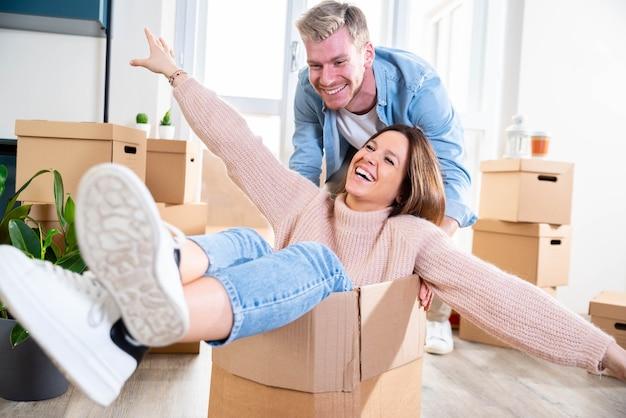 Marido e mulher se mudando para nova casa