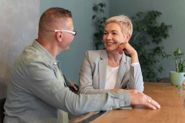 Marido e mulher tendo um bom encontro em uma cafeteria