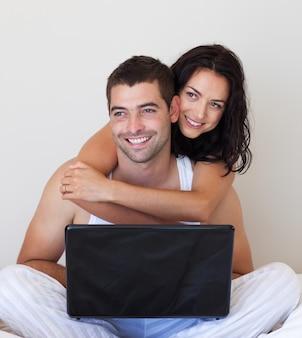 Marido e mulher usando um laptop