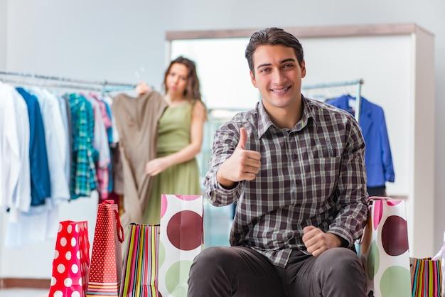Marido feliz às compras com sua esposa