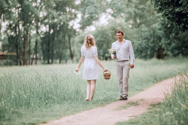 Marido feliz encontra sua esposa em um caminho no parque. o conceito de felicidade familiar