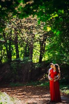 Marido, grávida, esposa, abraçar, floresta