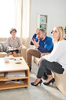 Marido irritado que grita na sessão de terapia