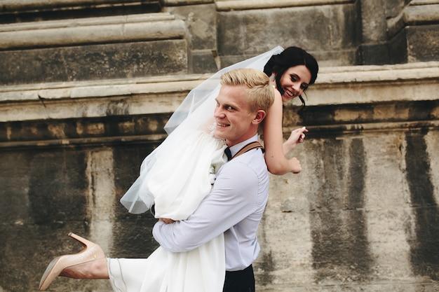 Marido leva seu pulso esposa