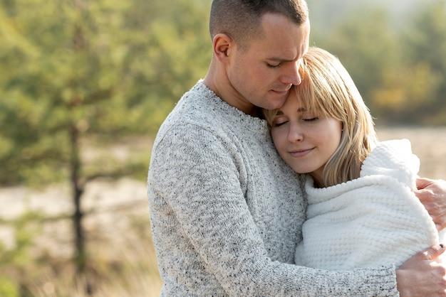 Marido novo e esposa bonita abraçando