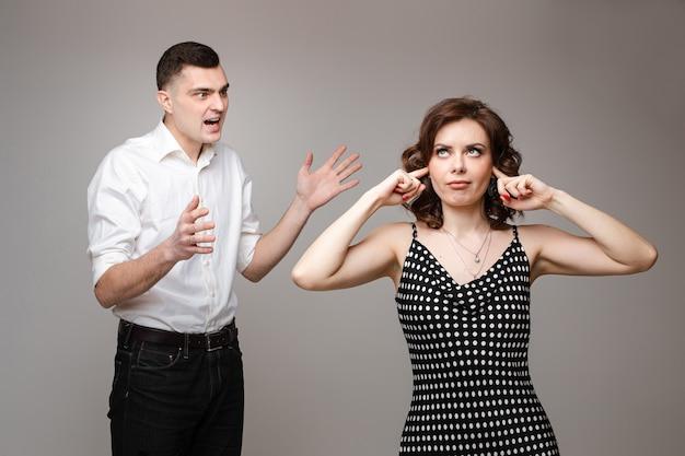 Marido ou namorado gritando com a esposa e gesticulando.