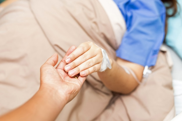 Marido, sendo, prender, seu, mulher asian, paciente, mão, em, paciente, sala