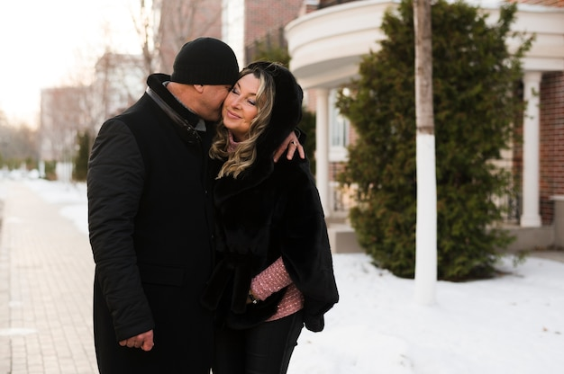 Marido sênior que beija a esposa feliz