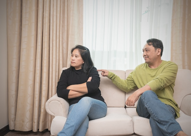 Marido tentando reconciliar sua esposa