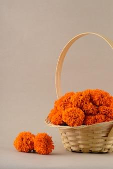 Marigold (zendu flowers) flores em uma cesta de bambu.
