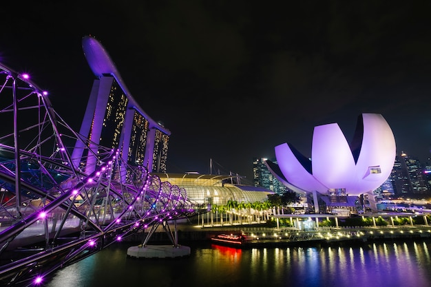 Marina bay em cena noturna