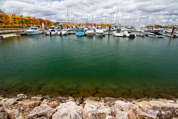 Marina com barcos de recreio