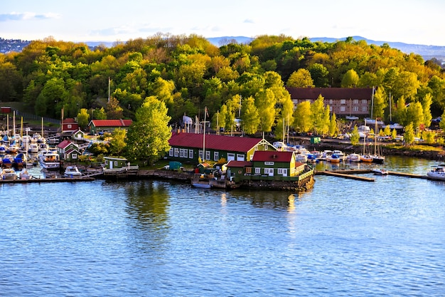 Marina com barcos e edifícios no porto, noruega