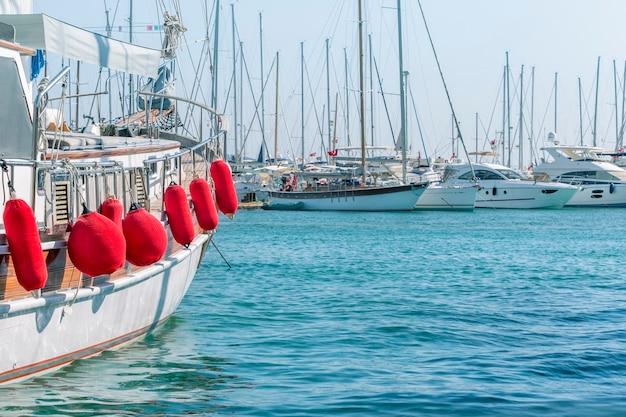 Marina com iates em bodrum, turquia. conceito de verão viajando.