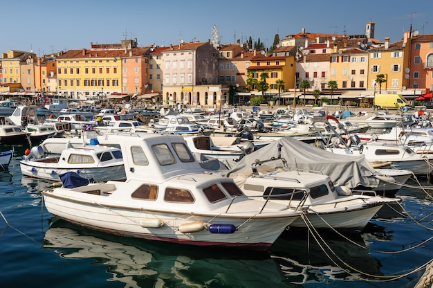 Marina da cidade de rovinj, croácia