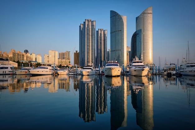 Marina de busan com iates no pôr do sol, coreia do sul