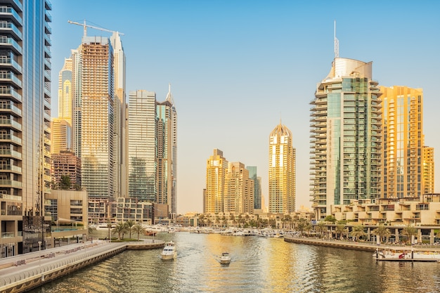Marina de dubai ao pôr do sol, emirados árabes unidos