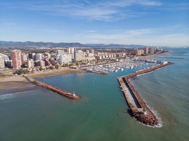 Marina iate clube na costa do mediterrâneo vista aérea pobla de farnals valência espanha