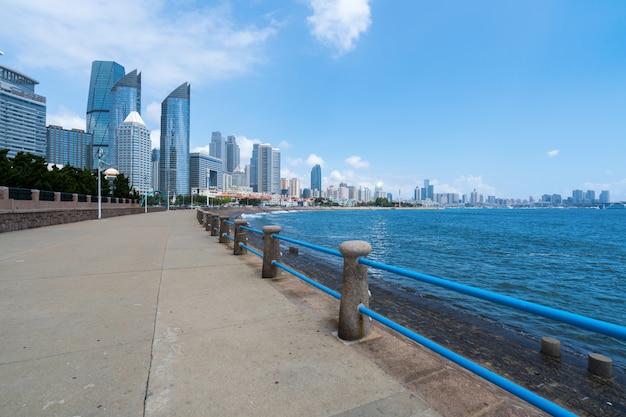 Marina square e skyline da cidade moderna em qingdao, china
