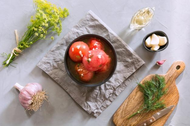 Marinado de tomates pelados com alho e endro, frescos prontos para servir.